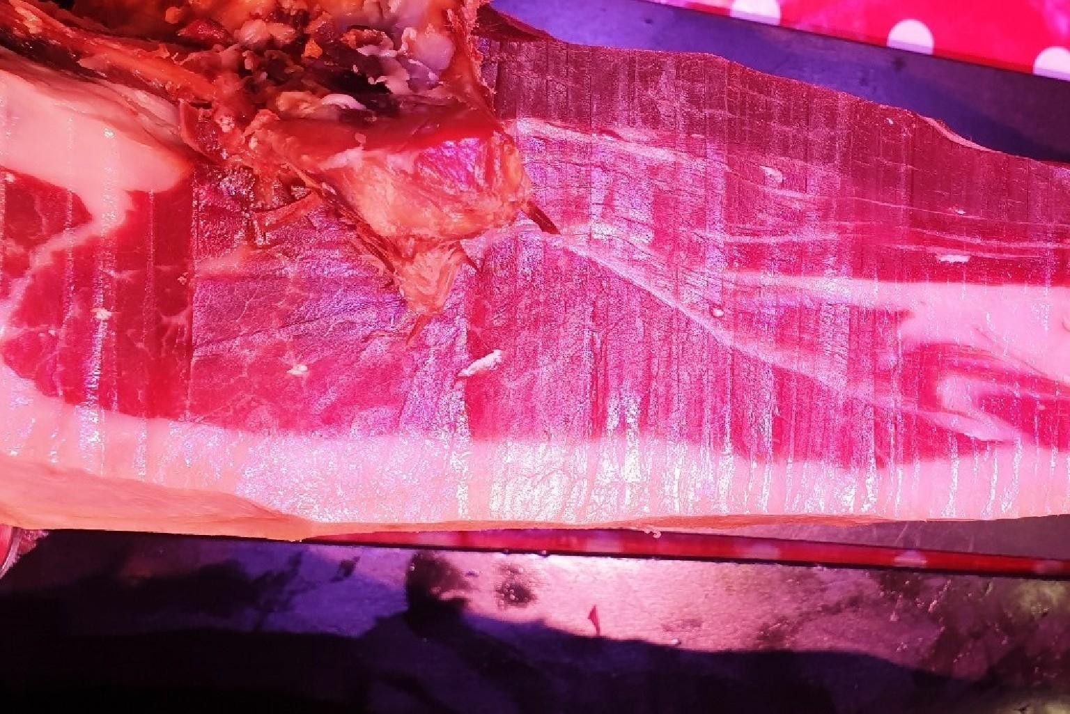Delicioso jamón ibérico de bellota al corte del mercado de Almería